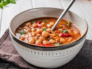 Рецепта Класическа рецепта за боб яхния с лук, моркови, чушки, доматено пюре и запръжка